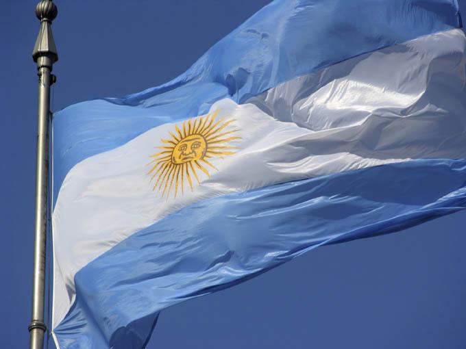 Con nuevo presidente y cepo al dólar, Argentina cierra larga semana