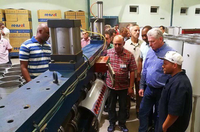 Visita Díaz-Canel fábrica de calentadores solares en Ciego de Ávila (+fotos)