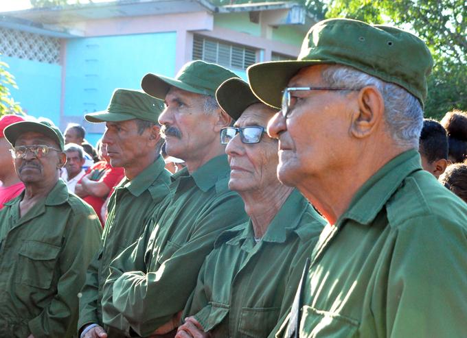 Conmemoran en ciudad escolar Camilo Cienfuegos jornada de trabajo voluntario encabezada por el Che (+ fotos)