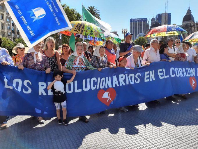 Madres de la Plaza de Mayo marchan en apoyo al nuevo gobierno en Argentina