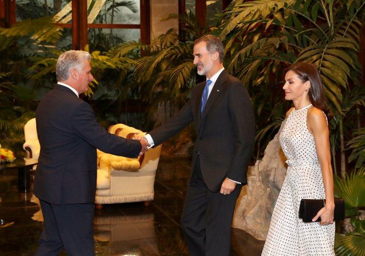Recibe presidente de Cuba a los reyes de España (+ fotos y videos)