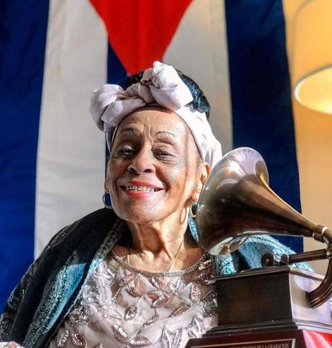 Asegura Omara Portuondo que recibe en nombre de Cuba el Premio a la Excelencia Musical de los Latin Grammy