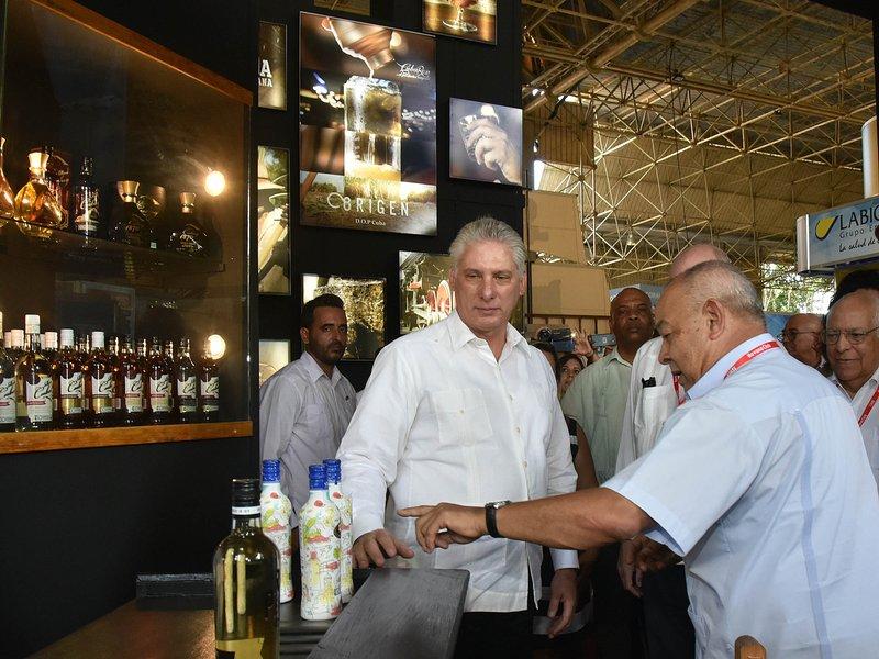 Comparte presidente de Cuba con representación de asistentes a Fihav