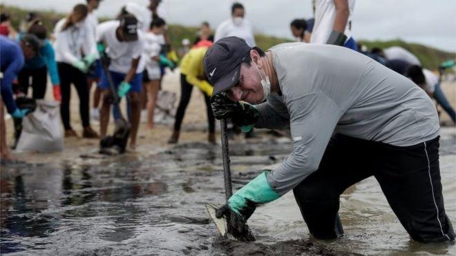 Más de 300 playas brasileñas contaminadas con petróleo