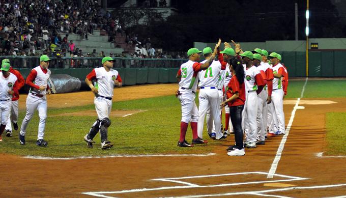 Santiago por evitar barrida ante Las Tunas en Béisbol de Cuba