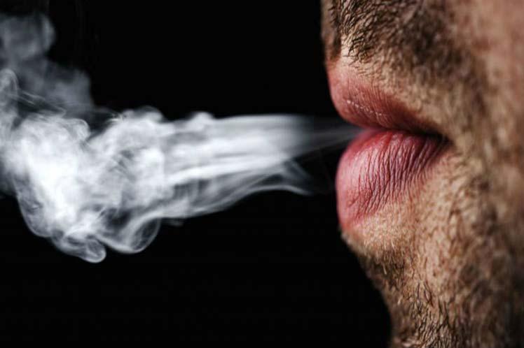 Disminuye por primera vez cifra de hombres fumadores