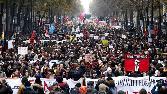 Huelguistas en Francia bloquean terminales de buses