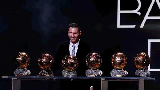 Lionel Messi regresa a sus pies el Balón de Oro (+video)