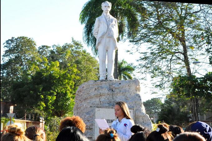 Cubanos honran a José Martí en vísperas de aniversario de su natalicio