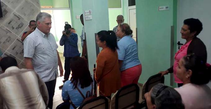 Presidente de Cuba visita policlínica en la localidad de Mariel