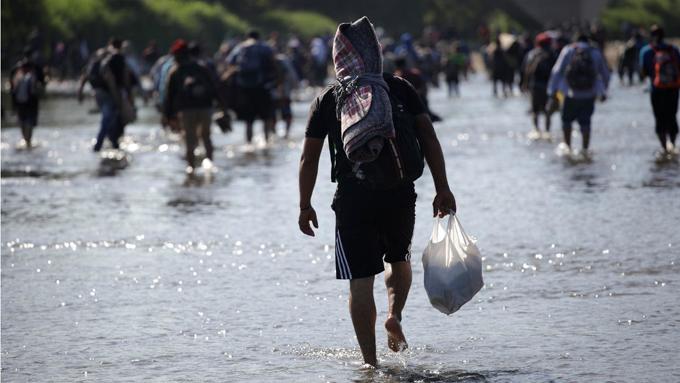 Gobierno de EE.UU. amenaza a migrantes de caravana con deportación