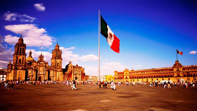 Alfombra monumental de tres mil metros en el Zócalo de Ciudad México