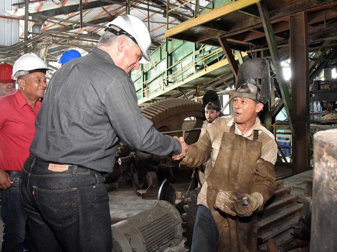 Potencia Díaz-Canel valía de los colectivos laborales para eliminar trabas que frenan la economía