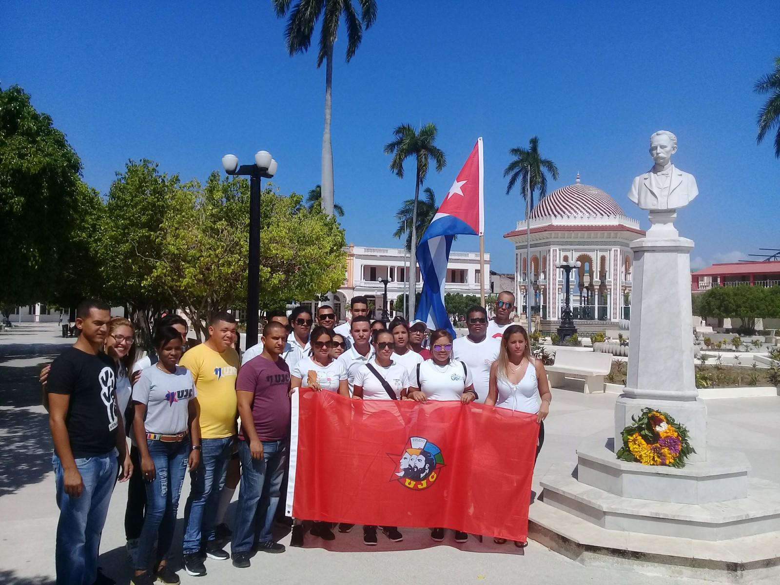 Abanderan delegación manzanillera a congreso de jóvenes