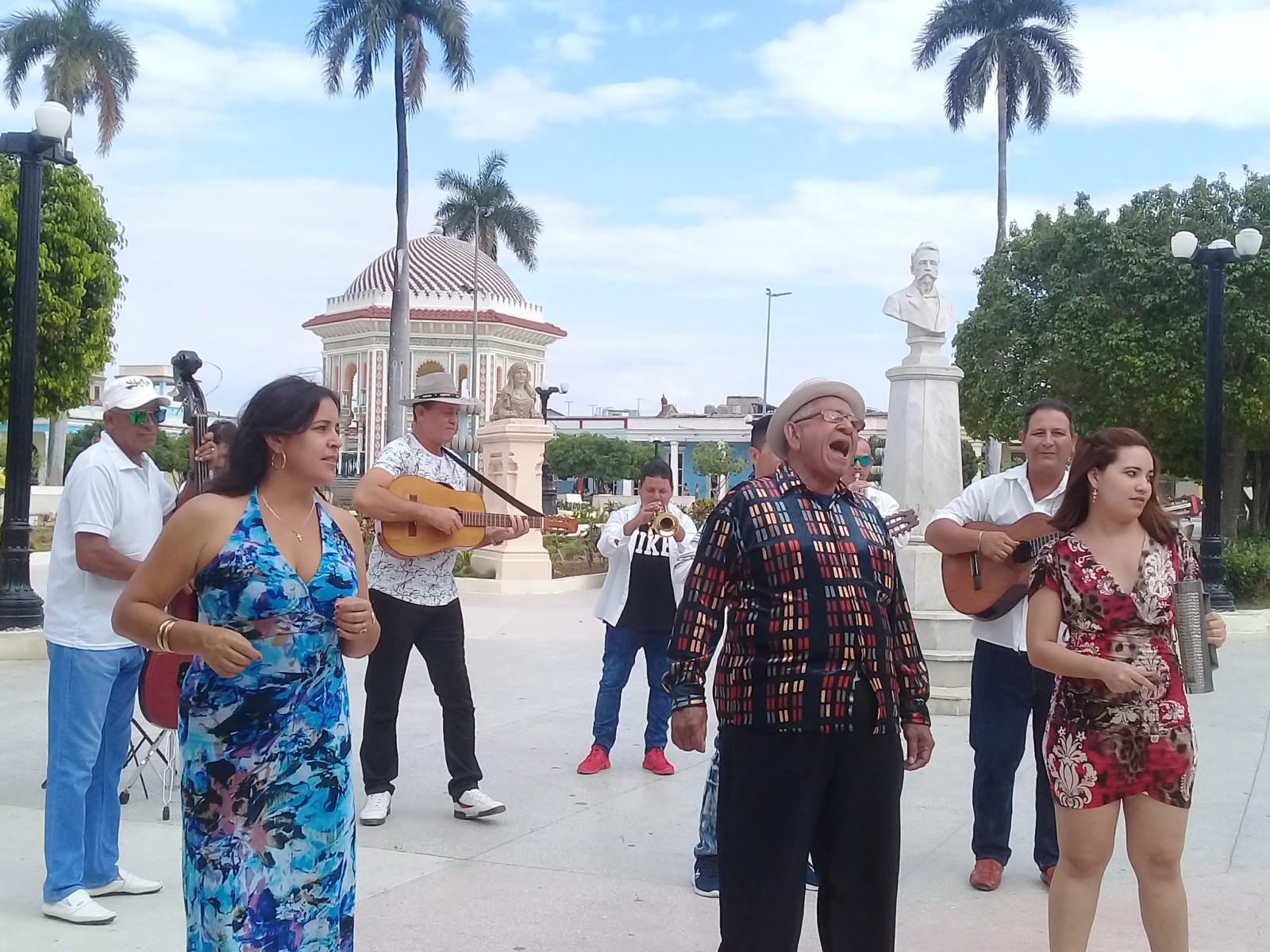 Graban videos clip de grupo campesino manzanillero