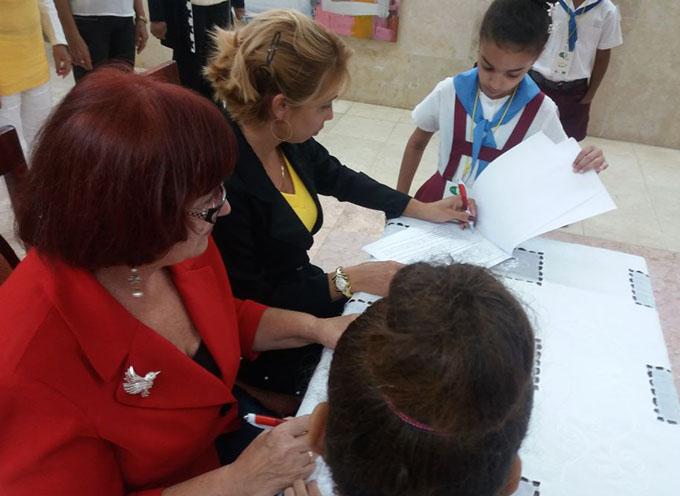 Firman convenio entre escuela primaria y asociación de comunicadores