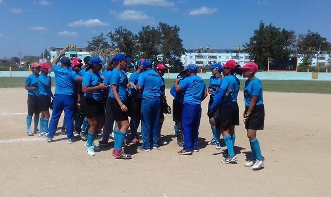 Nacional de softbol femenino: locales miran desde lo alto
