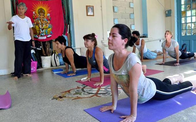 Terapia de yoga beneficia pacientes con ataxia en Holguín