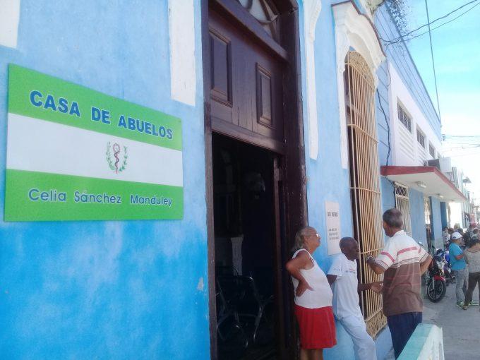 Pesquisan a adultos mayores de Manzanillo