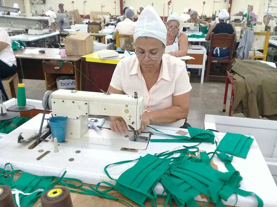 Confeccionan nasobucos en Manzanillo