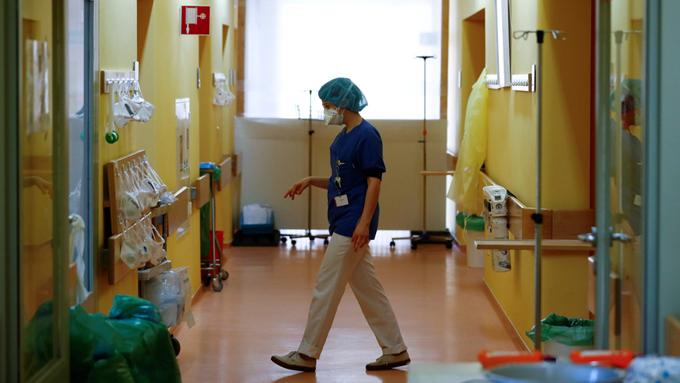 Médicos chinos insisten en que el coronavirus puede transmitirse por el aire en sitios cerrados y también viaja en los zapatos (+videos)