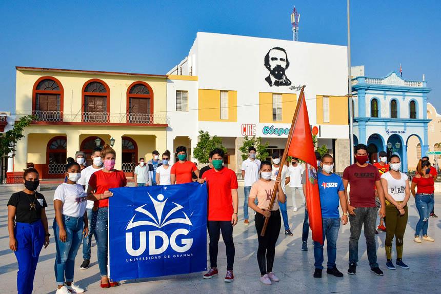 Jóvenes plantan bandera contra el virus
