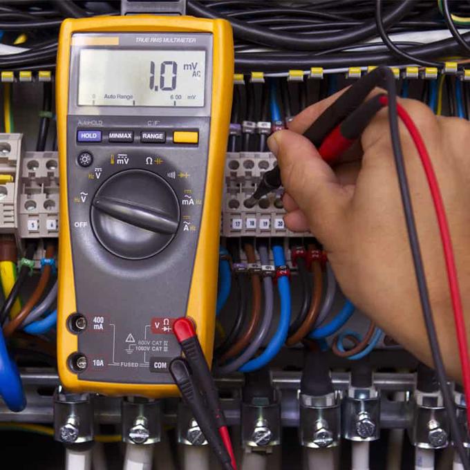 Laboratorio de reparación y calibración de la eléctrica afectado por el bloqueo (+video)