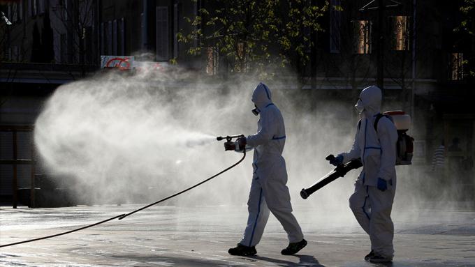 """La OMS advierte que rociar calles con desinfectante es ineficaz frente al covid-19 y """"dañino"""" para la salud (+video)"""