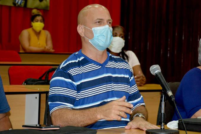 Héroe cubano Gerardo Hernández entrega reconocimientos a estudiantes de Granma