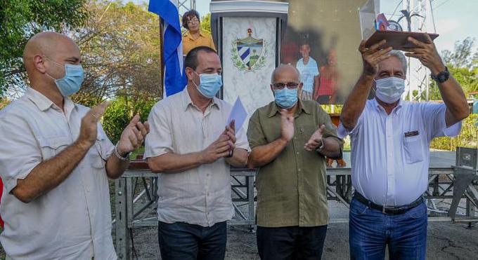 Entregan los CDR el Premio del Barrio al doctor Francisco Alberto Durán García