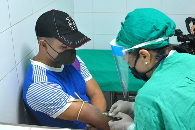 Toman muestras de sangre a pacientes granmense que padecieron la Covid-19 para estudio genético