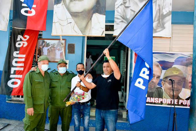 Colectivos saludan con bandera de vanguardia nacional el 26 de julio en Granma