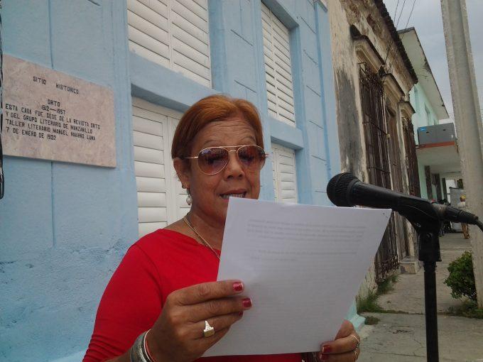Agasajan a poetisa manzanillera por su cumpleaños 60