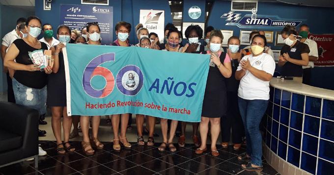 Entregan bandera 60 Aniversario de la FMC a Etecsa en Granma (+fotos)