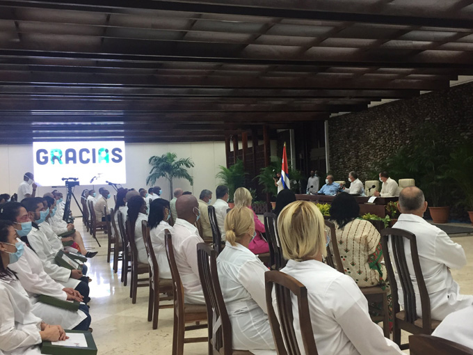 Se reúne Díaz-Canel con colaboradores que combatieron la COVID-19 en Togo y Kuwait