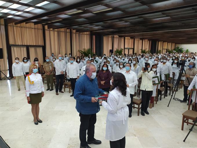 Se reúne Primer Ministro con colaboradores cubanos que apoyaron lucha contra la COVID-19 en México