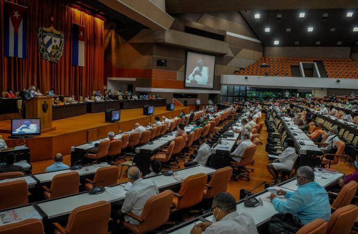 Se reúnen por segundo día consecutivo parlamentarios cubanos
