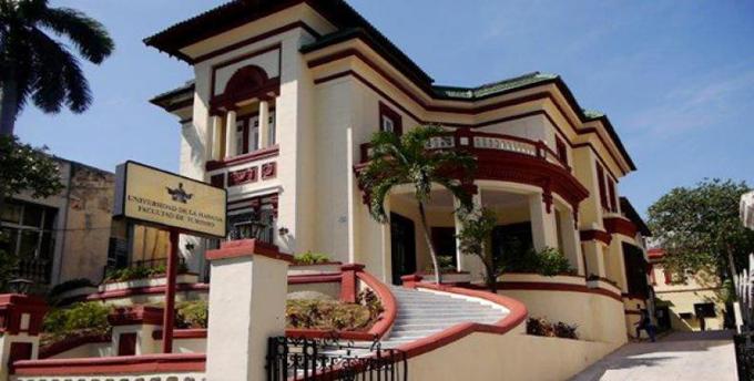 Realizan graduación de la Facultad de Turismo en Cuba
