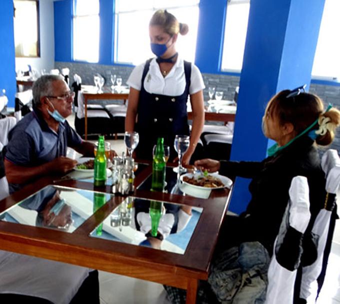 Despliega velas restaurante Brisas del Mar, en Manzanillo