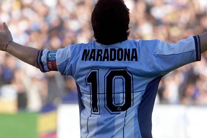 Maradona gambeteando entre nubes