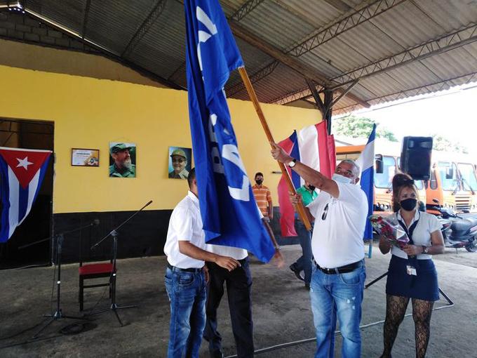 Recibe Ómnibus Escolares en Granma bandera Proeza Laboral