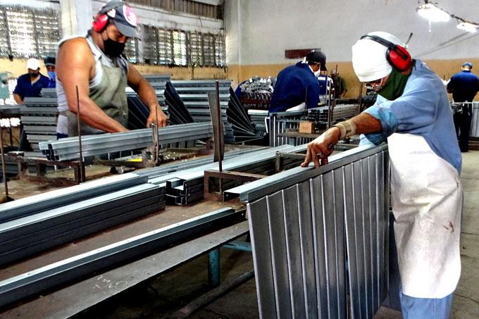 Logra fábrica de Manzanillo elevada producción de puertas y ventanas para viviendas
