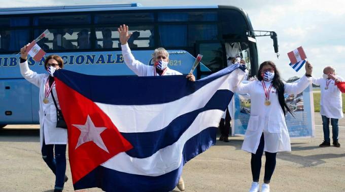 Llegó a Cuba brigada médica que combatió la Covid-19 en Perú