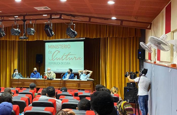 Cuba dialoga con jóvenes sin compromisos con EE.UU.