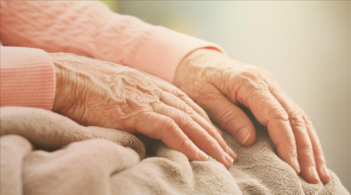 Reinfecciones por SARS-CoV-2 son más frecuentes en personas mayores