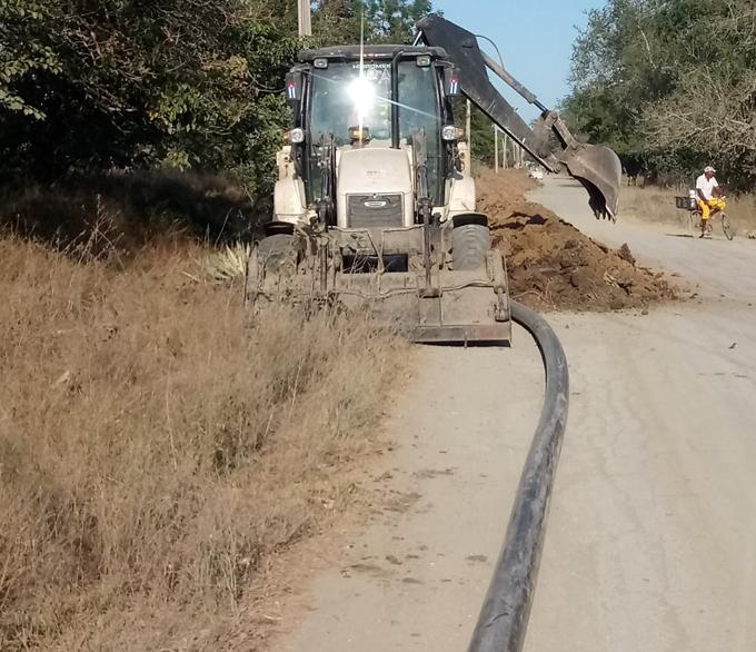 Instalan conductora que abastecerá de agua a la industria de la camaronera Calisur, en Río Cauto