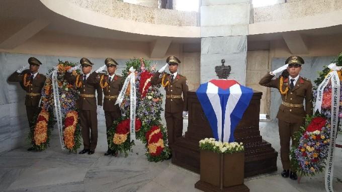 Envían Raúl Castro y Díaz-Canel ofrendas florales a José Martí en aniversario de su muerte