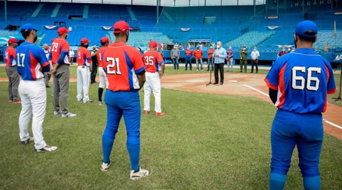 Califica Díaz-Canel de muy estimulante intercambio con jóvenes y el equipo Cuba de béisbol