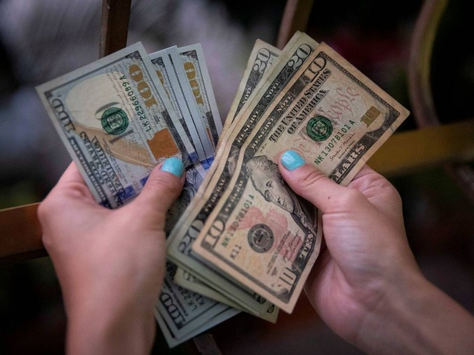 Desde hoy, vigente suspensión de depósitos en efectivo de dólares estadounidenses