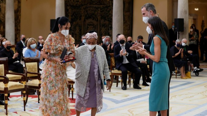 Reyes de España otorgan medalla a cubana Omara Portuondo